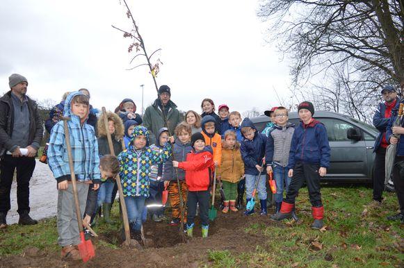 Voor het aanplanten werd de deskundige hulp ingeschakeld van de jeugdspelers van KWS Linkhout