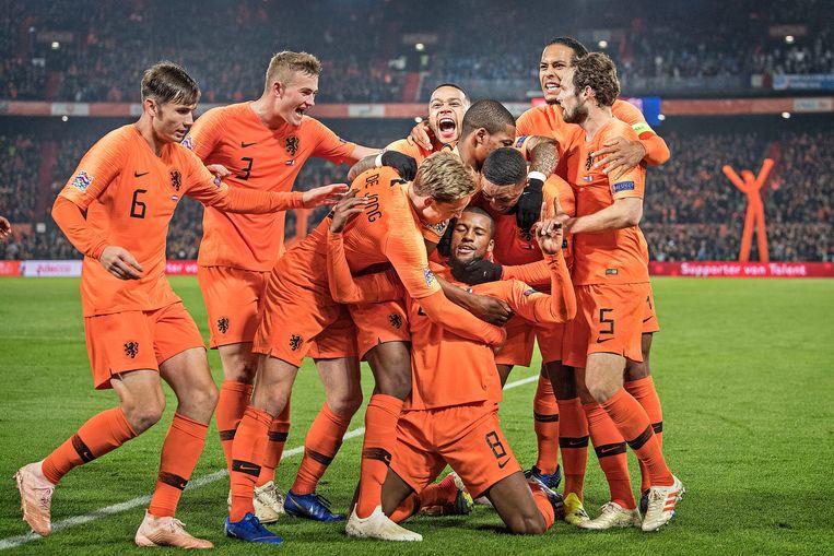 De spelers van het Nederlands elftal vieren het doelpunt van Wijnaldum tegen Frankrijk in de Nations League.  Beeld Guus Dubbelman / de Volkskrant