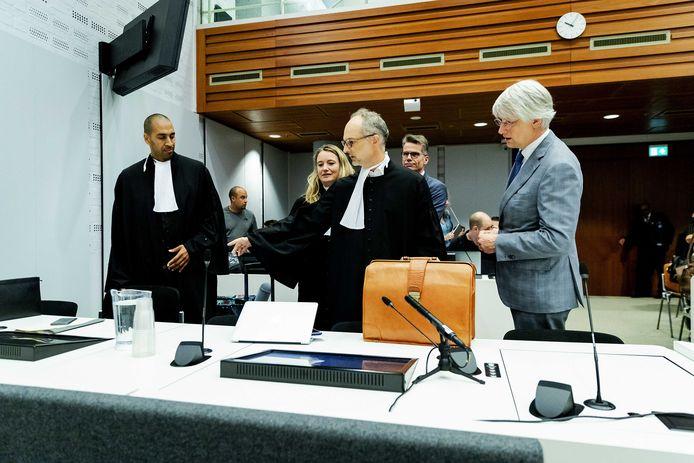Marcel Gelauff (r), voorzitter van het Genootschap van Hoofdredacteuren, advocaat Gerald Roethof (links) en de advocaten bij aanvang van het kort geding in de rechtbank voor media tegen de rechtbank Limburg en de gemeente Brunssum afgelopen vrijdag. De media willen afdwingen dat een cameraman beelden mag maken van de schouw op de Brunssummerheide in de zaak tegen Jos Brech, verdachte van de moord op Nicky Verstappen.