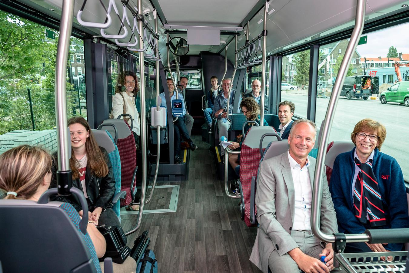 Alleen maar blije gezichten in de bus. Dat gold ook zondag, tijdens de eerste 'cashloze' ritten.