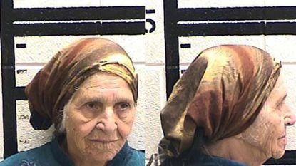 Amerikaanse politie tasert 87-jarige vrouw die paardenbloemen aan het afsnijden was