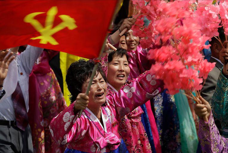 Een vrouw huilt bij de aanblik van de leider. Beeld AP