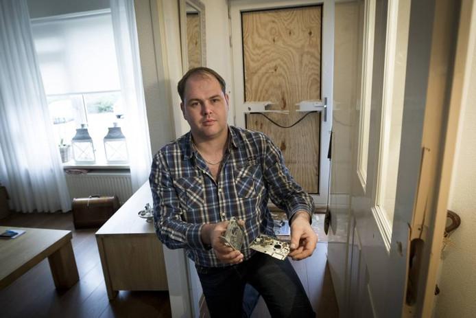 """Ludy van't Hul 'veegt de scherven bij elkaar' nadat vandalen een vuurwerkbom in de brievenbus van zijn woning aan de Houthakkersweg deponeerden. """"Een geluk bij een ongeluk dat ik niet bij de deur stond, het had slechter kunnen aflopen."""" foto Henri van der Beek"""