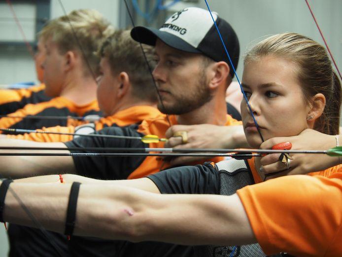 Laura van der Winkel (voorgrond) scoorde voor Nederland II 563 punten. Naast haar Rick van der Ven.