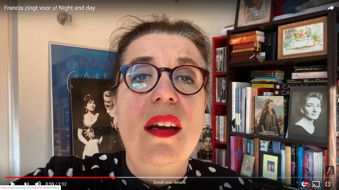 Francis van Broekhuizen zingt het nummer Night and Day van Cole Porter vanuit haar zolderkamer in Rijswijk