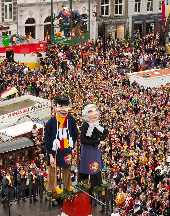 Drukte tijdens de onthulling op carnavalszondag van Knillis en Moeder Hendrien.