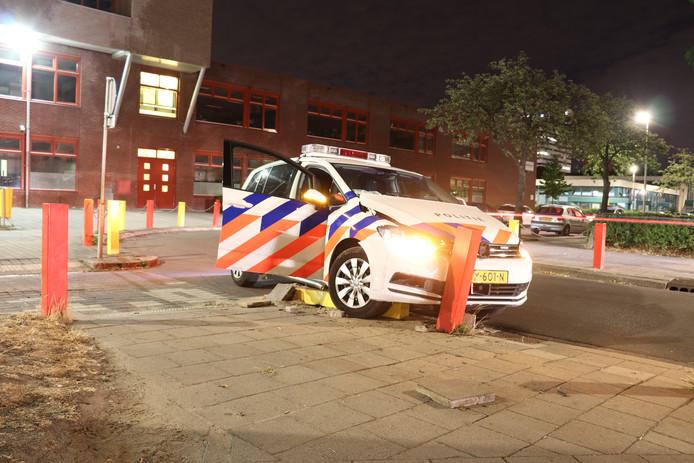 In de bocht van de Trumanlaan naar de Bevinlaan botste afgelopen nacht een politieauto op een paaltje.