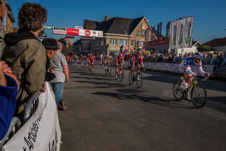 Een archiefbeeld van de Franco-Belge/Eurometropole Tour met start in Poperinge . Die koers wordt dit jaar de dag na de Omloop van de Westhoek gereden en vertrekt niet langer vanuit Poperinge, maar gaat van La Louvière naar Doornik.