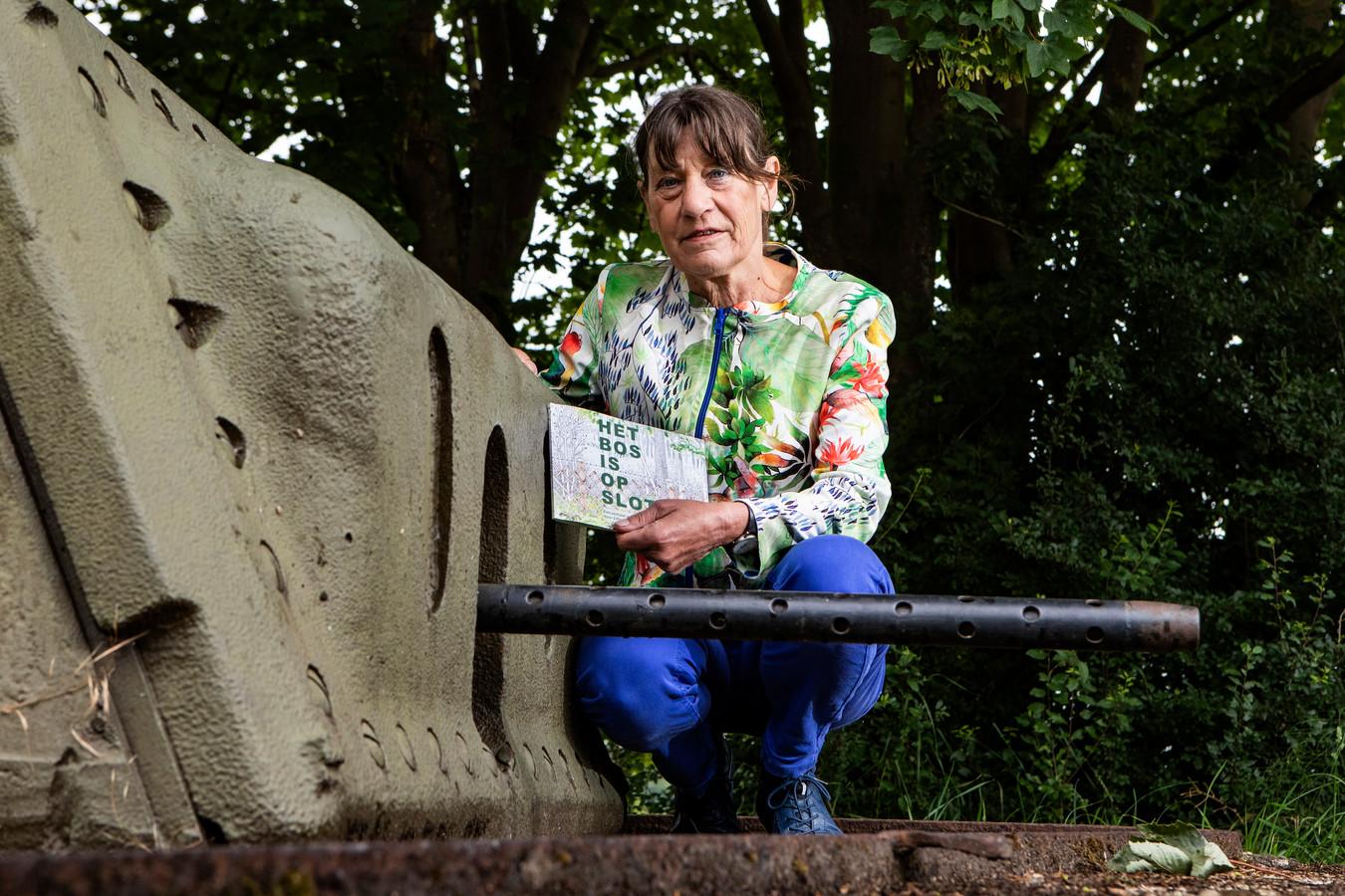 Littie Diederen met haar boek over de IJssellinie in de Koude Oorlog.