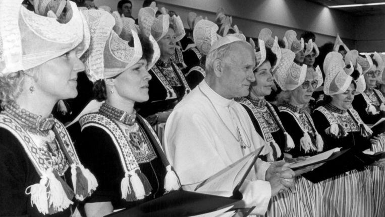 Paus Johannes Paulus II met het Volendams Opera Koor in de Jaarbeurs te Utrecht tijdens zijn bezoek aan Nederland, 12 mei 1985. Beeld ANP