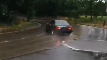 """VIDEO. Bestuurders slippen massaal volledig rond rotonde, """"voor de grap"""" oproep om te gaan driften gelanceerd"""
