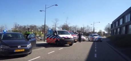 Politie en brandweer zetten zorgpersoneel Almelo in het zonnetje met applaus en sirenes