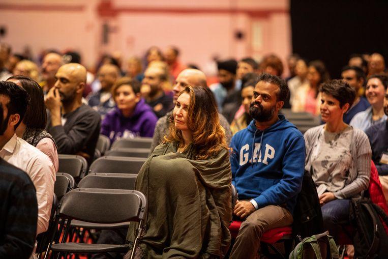 Het publiek luistert aandachtig  bij het introductieweekend van Sadhguru in Londen.  Beeld Antonio Zazueta Olmos
