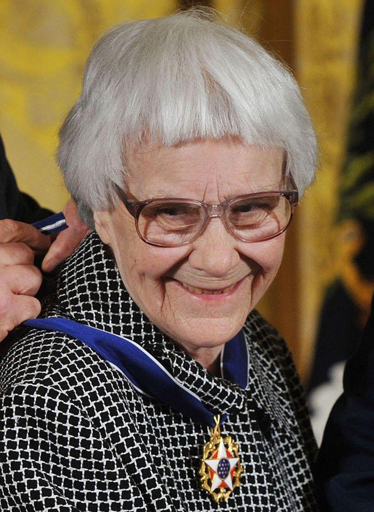 Schrijfster Harper Lee krijgt uit handen van toenmalig president George W. Bush de Medal of Freedom. Beeld anp
