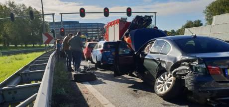 Ongeluk met zes auto's op afrit A12 naar Velperbroekcircuit bij Arnhem