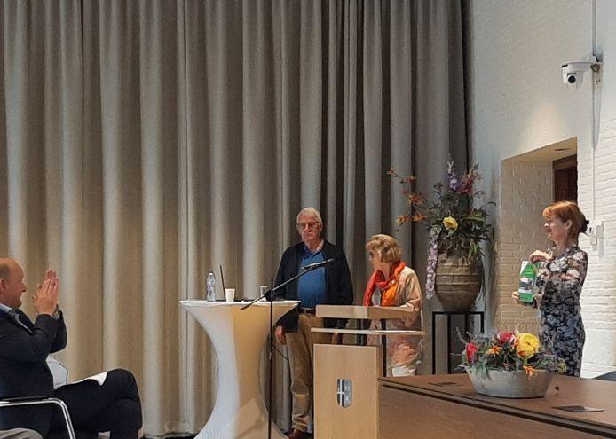De presentatie van het boekje over 50 jaar gemeentehuis Losser.