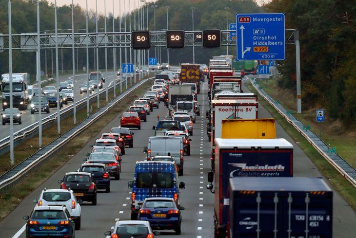File op de A58 bij Oirschot. In de komende jaren wordt de snelweg verbreed.