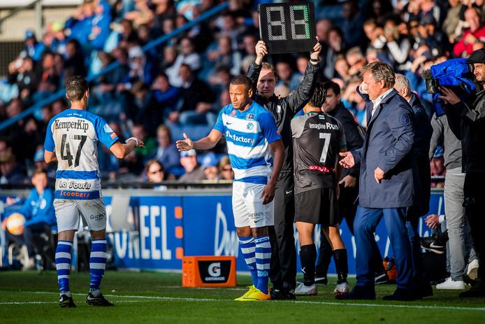Furdjel Narsingh (rechts) is een twijfelgeval bij De Graafschap voor het uitduel bij FC Emmen.