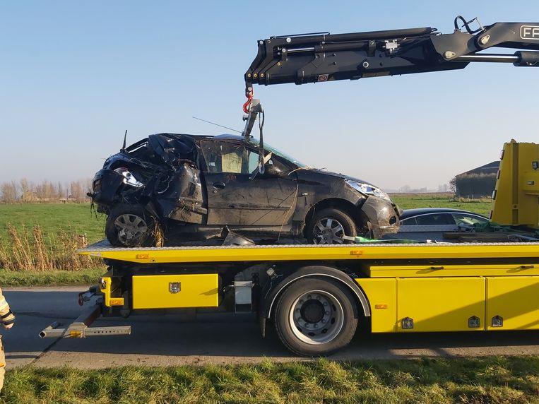 De auto is total loss na het ongeval.