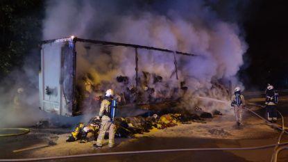 Oplegger brandt volledig uit aan op- en afrittencomplex E17