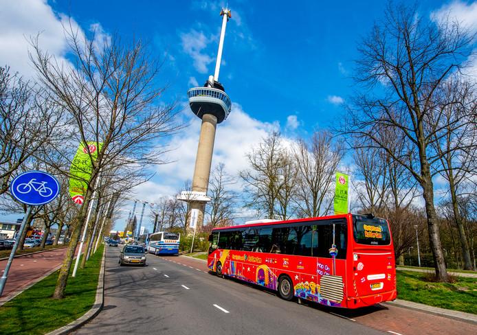 De Hop On Hop Off-bus door Rotterdam.