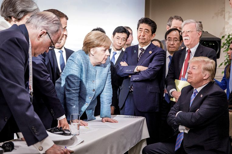Wereldleiders (met middenin Merkel) praten op Trump in tijdens de G7, in juni in Canada. Beeld REUTERS