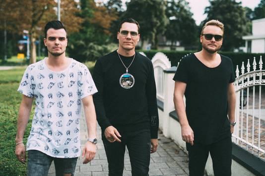 Dirne met Tiësto en dj en muziekproducent Swacq (links) op de Oude Bennekomseweg in Ede.