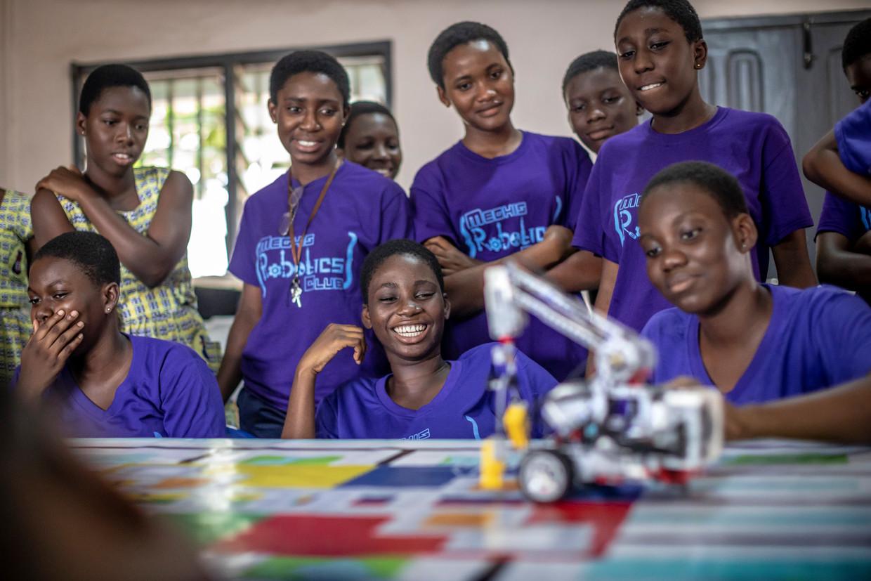 Studenten van de Methodist Girls Secondary School testen in een klaslokaal hun zelfgeprogrammeerde robots.  Beeld Sven Torfinn