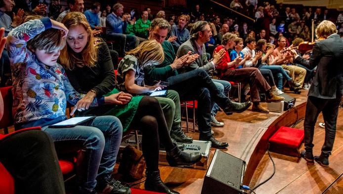 Kinderen met autisme maken met hulp van de muziekapp samen muziek voor hun familie
