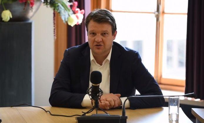Burgemeester Han van Midden tijdens de live-sessie op Facebook om vragen rondom de coronacrisis en alle maatregelen te beantwoorden.