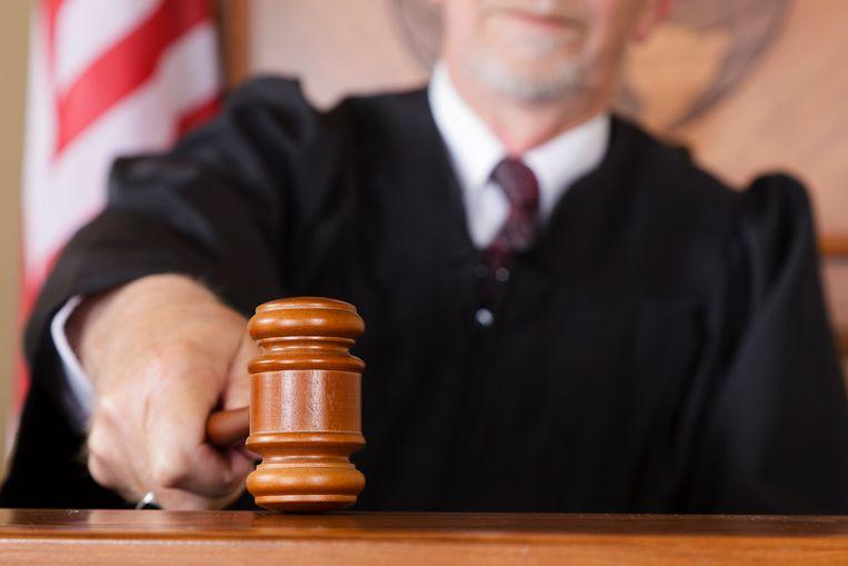 Close-up van een rechter met hamer in zijn hand in de rechtszaal. Beeld Getty Images
