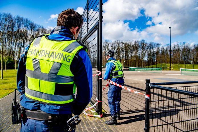 Handhavers van de gemeente Rotterdam aan het werk.