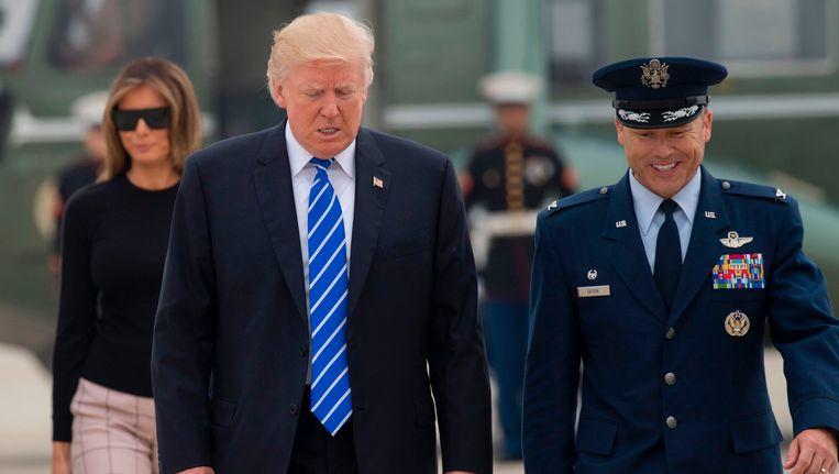 Amerikaans president Trump op weg naar de Air Force One, waarmee hij vandaag naar Polen vliegt.