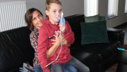 """Sten (10) wacht al jaren op levensnoodzakelijk medicijn tegen muco: """"Vijf kilometer verderop, in Nederland, wordt middel wél terugbetaald"""""""