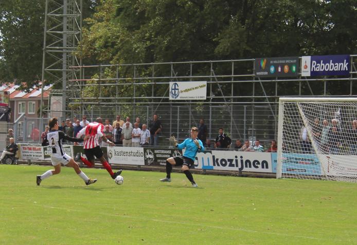 Yves Nyemb maakt het enige doelpunt van de wedstrijd.