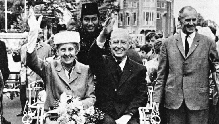 Indiënostalgie anno 1970: bij de herdenking van 25 jaar Japanse capitulatie krijgen de laatste gouverneur-generaal Tjarda van Starkenborgh Stachouwer en zijn vrouw een triomfantelijke intocht. (Trouw) Beeld