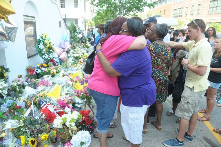 Inwoners van Charleston zoeken steun bij elkaar.