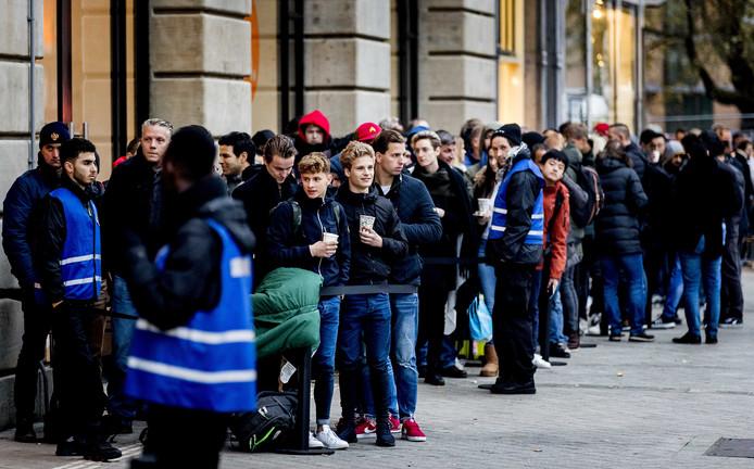 De rij voor de Apple Store bij het Leidseplein in Amsterdam.