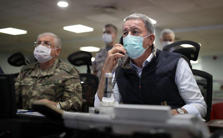 De Turkse minister van Defensie Hulusi Akar (r) en legercommandanten.   Beeld AFP
