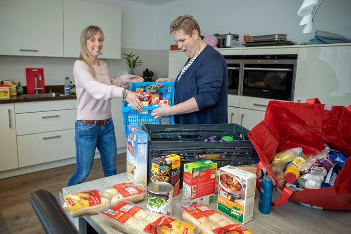 Mariska van Vliet (rechts) van 'Ik kook ook voor jou' krijgt na haar oproep voor noodpakketten voedsel aangeboden.