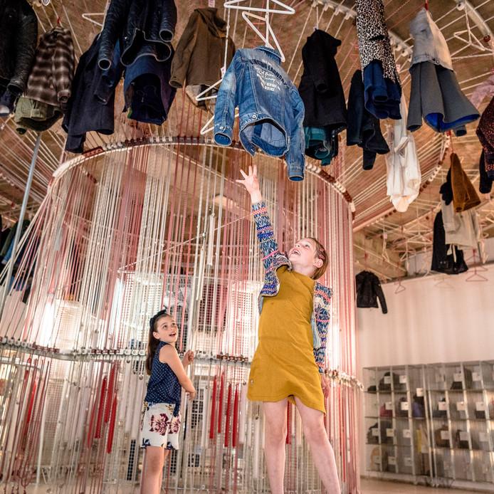 De zusjes Pixie Rosa (8) en Ivanna Blanca (6) genieten nog één keer van de opvallende kunstobjecten in het Rotterdamse Museum Boijmans Van Beuningen.
