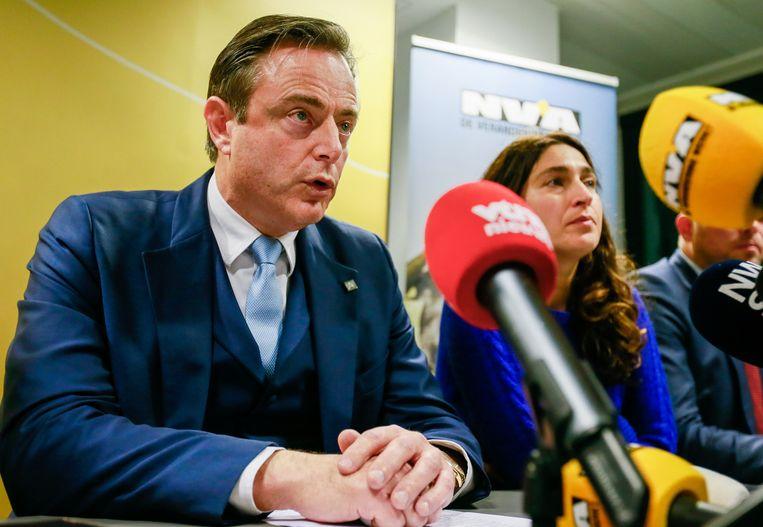 Bart de Wever van de NVA tijdens een persconferentie, zaterdagavond. Beeld EPA