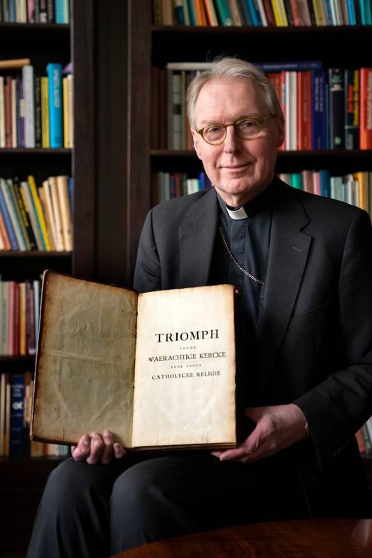 Bisschop de Korte  met de nieuwe aanwinst voor de bisschoppelijke bibliotheek.