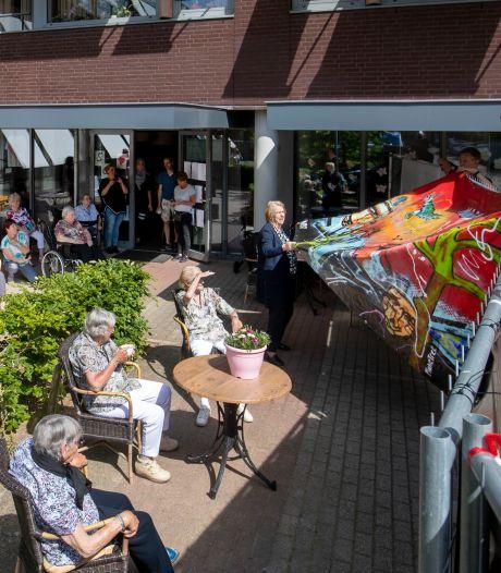 MilanTheArtist schenkt een kunstwerk aan Edese ouderen