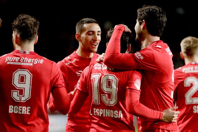 Javier Espinosa viert de Twentse 1-0 tegen Volendam. Hij scoorde op aangeven van Tom Boere (links).
