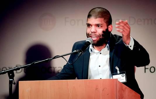 Yernaz Ramautarsing spreekt tijdens een partijcongres van Forum voor Democratie.