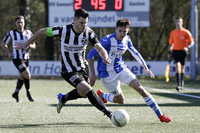 Thijs van Pol, hier in duel met Jiri van de Hemel van Vlissingen, was zondagmiddag goed voor drie doelpunten. Zijn seizoenstotaal staat daarmee op 27.