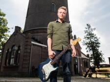 Pim Kokkeler uit Hengelo blaast met Fender over Fields of Joy in Oldenzaal