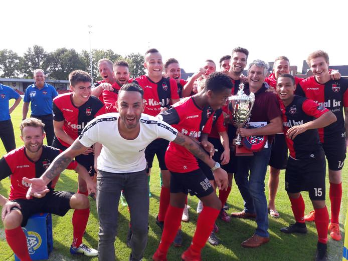 De spelers zijn blij met de cup.  Foto DG