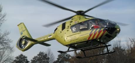 Auto met vijf mensen rijdt Nieuw-Venneps kanaal in